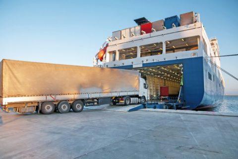 camión entrando en un buque roro